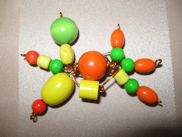 17 Broška rumeno-zeleno-oranžna žica+les