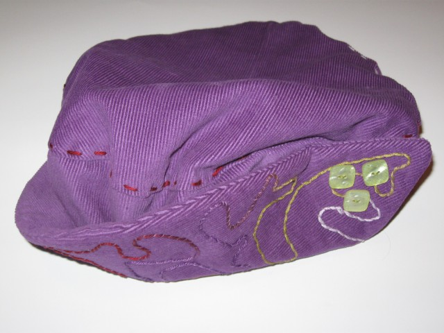 8 Baretka vijola z barvastim okraskom spredaj in gumbi žamet (M)