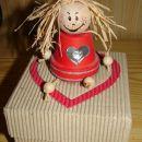 Škatlica iz valovite lepenke z dodatkom za kakšno sladko darilce