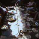 Kruh, pečen, še toplega namažejo z namazi, na primer- česnom.