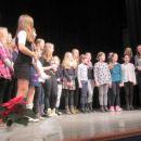 Učenci Osnovne šole Boštanj in Marija Jazbec, ki se zahvali za čudovit nastop.