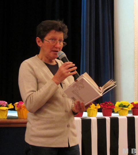 Nevenka recitira pesmi Neže Maurer.