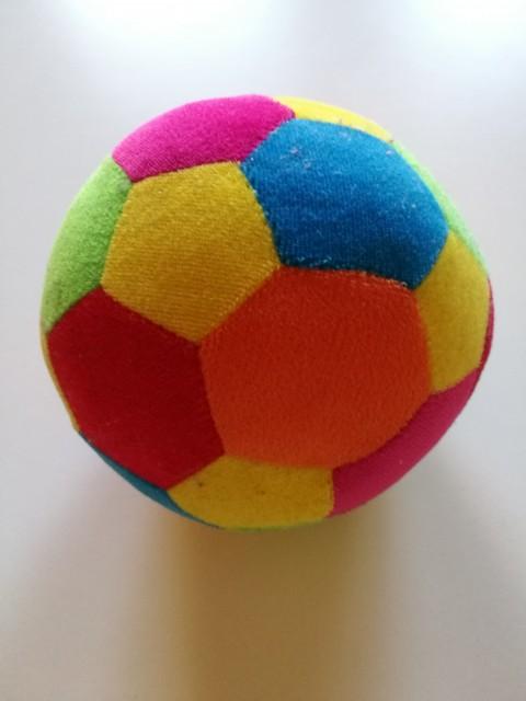 Frotirasta žoga z zvončkom; 2 eur
