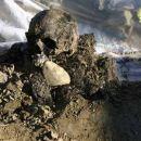 Sekundarno množično grobišče Bratunac pri Srebrenici (avgust 2004). Lobanja neznane žrtve,