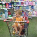 z mamico in očkom v trgovini
