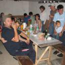 Zbrana družba ob jedači in pijači