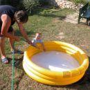 Z dedijem natakava vodo v bazenček