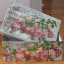 Škatla s servetkom na razpokano podlago.