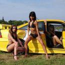 Opel Calibra, ki so jo zakrivale tele babe. A je kdo sploh opazil Calibro v ozadju? :)