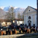 Pred idrsko cerkvijo - v ozadju Krn