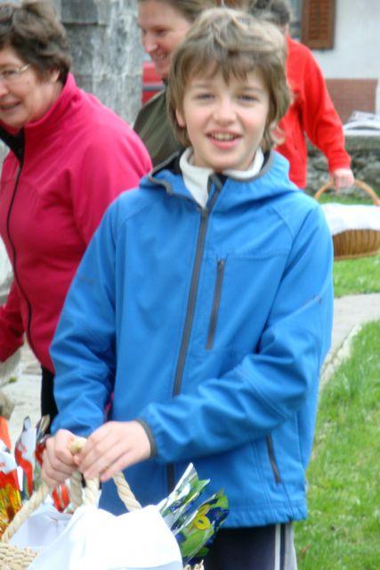 Otroci so prinesli svoje dobrote na žegenj v Idrsko cerkev