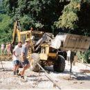 Kopač prinese kubik betona v žlici