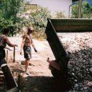 Majda budno spremlja potek - izgradnjo igrišča