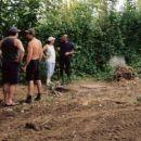Mini kopač je pospravil nesnago za objektom - razprava mladih in