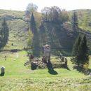 Dostop: v Idrskem zavijete proti Livku, kjer zavijete levo proti Livškim ravnam in nato še