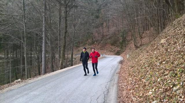 Lahkoten tek Zdravkota in Milana na cesti proti Celjski koči.