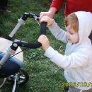 bratrancek se preizkusa v vodenju vozicka:)