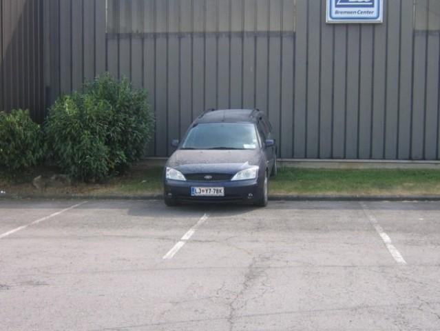 Zaradi pomanjkanja sence,sva se morale malo znajti in sva ga parkirale malo na zelenico