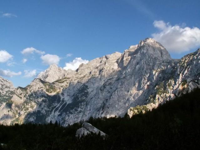 ...in že sem ob vznožju, kjer še zadnjič pogledam na prehojene vrhove...