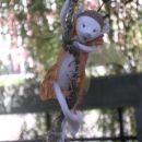 Vilinec, ki pleza po magični niti...na glavi ima želodovo čepico.