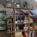 Police s slikami, rožami in spominki so pregradile dnevno sobo in kuhinjo