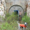 tukaj grem pa v zapuščen bunker