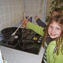 Če me kdo od domačih vidi, bom morala še kuhati začeti.