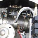 Releji na vezju po potrebi vklapljajo motorja. Ko se stemni obrneta kolektorje na vzhodno