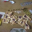 Tukaj so servietni motivi že narezani in pripravljeno še nekaj drugega materiala: katrončk