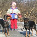 hči z veseljem pelje psički na sprehod, nekaj dni pred Lotino prvo kotitvijo