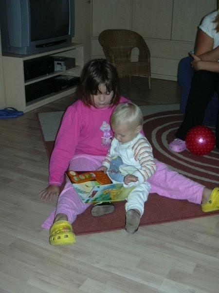 Z Aliso sva  pred spanjem gledala knjigice in se igrala