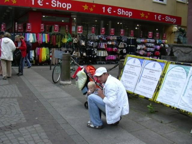 V mestu je mami hodila po trgovinah midva z atijem pa sva jo raje zunaj čakala :-)