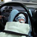 tako pa pridno spančka v avtu