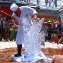 Kuhar izdeluje skulpturo iz ledu
