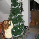 Nina je sama okrasila drevo