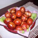 Barvana jajčka s čebulnimi olupki (vejica s travnika, ovito z embalažno mrežico od pomaran